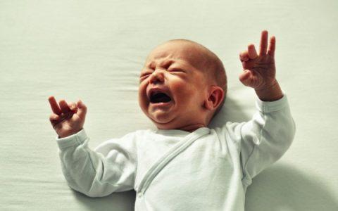 Coliche del neonato, tutto quello che le mamme devono sapere. Cause, rimedi, farmaci