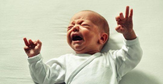 Perché è importante rispondere al pianto del neonato