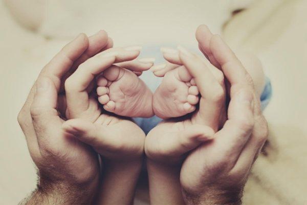 Come dire agli amici che tuo figlio è stato partorito da una madre surrogata
