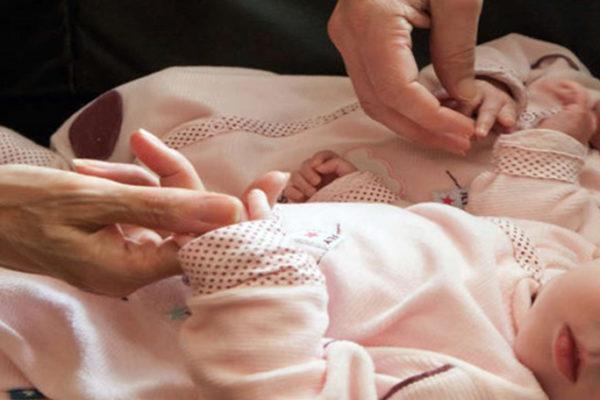 La maternità surrogata in Ucraina: la rabbia dei genitori a cui hanno impedito di venire a prendere i loro figli