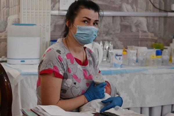 I bambini nati da madri surrogate sono rimasti bloccati in Ucraina a causa della quarantena. BBC racconta la storia di una coppia argentina